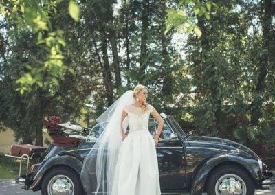 Juodas senovinis vabalas - vestuvių fotosesija