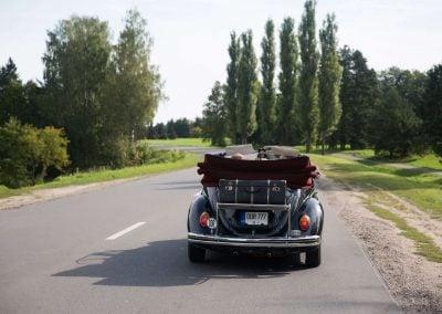 Retro automobilis vestuvėms - juodas vabalas - kabrioletas