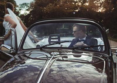 Nuotaka išlipa iš senovinio automobilio