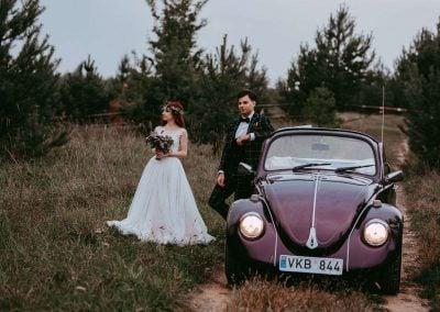 Vestuvių fotosesija su senoviniu automobiliu - Pienes Pukas photography