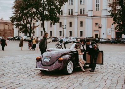 Violetinis vabalas kabrioletas Kauno rotušės aikštelėje - Išlipa nuotaka iš kabrioleto - Pienes Pukas photography